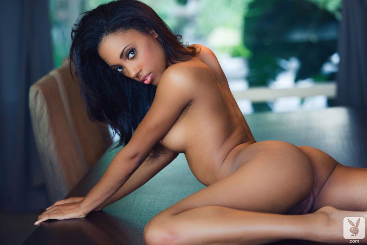 Откровенные эротическое видео позирует попку голых мулаток