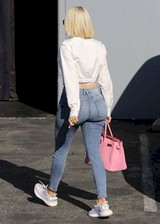 Khloe Kardashian in tight jeans
